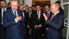 Ο αποχαιρετισμός των Ρ.Τ. Ερντογάν και Β. Πούτιν μετά την ολοκλήρωση της συνάντησης στο Σότσι.
