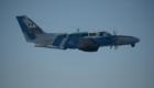 Αεροσκάφος Reims F406 της ΜΑΛΣ-ΕΛΑΚΤ σε πτήση. Από το ρύγχος προς την ουρά κάτω από το αεροσκάφος διακρίνονται το σύστημα EO/IR Star SAFIRE I, το ραντάρ RDR-1500B, το σύστημα σάρωσης IR/UV και το Αερομεταφερόμενο Ραντάρ Πλευρικής Παρατήρησης (SLAR).