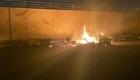 Τα απομεινάρια του οχήματος του Σουλεϊμανί καίγονται. Πιθανότατα χτυπήθηκε από AGM-114M Hellfire II.
