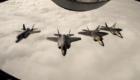 Δύο F-22 Raptor πετούν σε σχηματισμό με δύο F-35A της Νορβηγικής Πολεμικής Αεροπορίας στις 15 Αυγούστου 2018. (USAF)