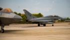 Ένα F-22 και ένα διθέσιο Eurofighter Typhoon της Ισπανικής Πολεμικής Αεροπορίας τροχοδρομούν στην ΑΒ Λος Γιάνος του Αλμπαθέτε μετά από κοινή εκπαιδευτική έξοδο στις 16 Αυγούστου. (USAF)